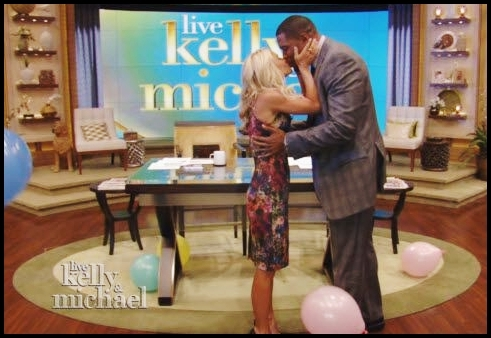 Kelly-Ripa-Michael-Strahan-kiss-on-mouth